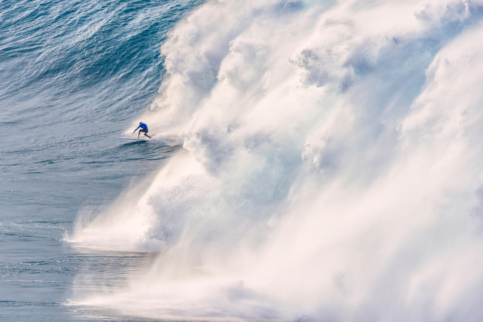 Surfers Risk Death Paddling Into Historic Foot Waves At Jaws - Surfing inside 27 second long barrel wave