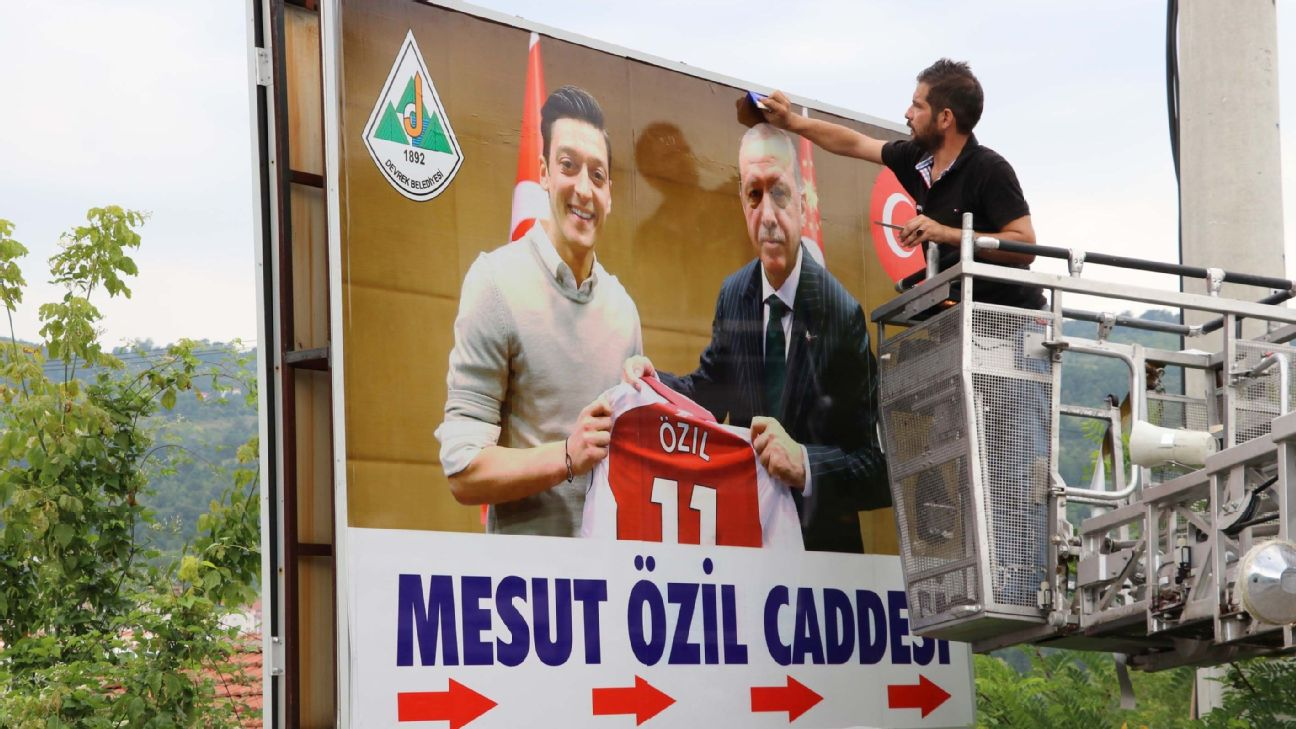 Arsenal star Mesut Ozil has extended an invitation for his upcoming wedding to Turkey's President Recep Tayyip Erdogan, who plans to attend.